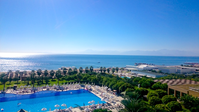 Eine Hotelanlage mit Pool und Meerblick